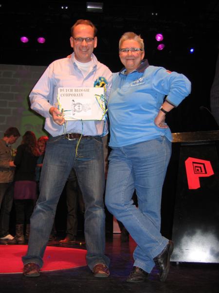 Hans en Mieke nemen de prijs in ontvangst